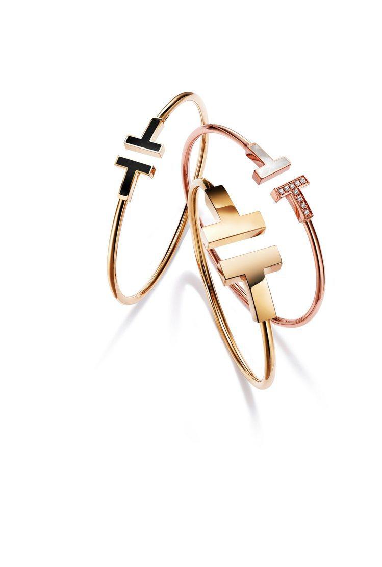 (由左至右)Tiffany T Wire系列18K金鑲嵌瑪瑙手環62,000元、...