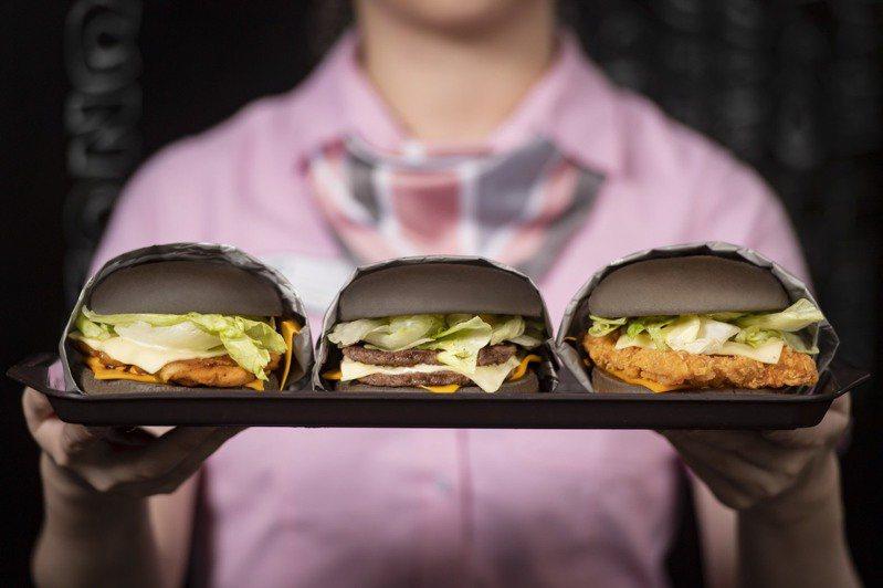 麥當勞限時推出雙牛起司黑堡、脆鷄起司黑堡、嫩鷄起司黑堡等3款黑堡。圖/麥當勞提供
