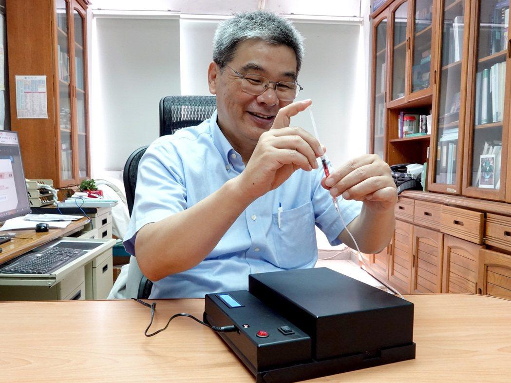 嘉義縣中正大學機械工程系教授謝文馨團隊日前研發一套「雙面光柵生物感測器」可快速檢...
