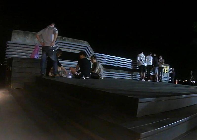 警方路過發現有人坐在金色水岸舞台上喝酒聊天。記者林昭彰/翻攝