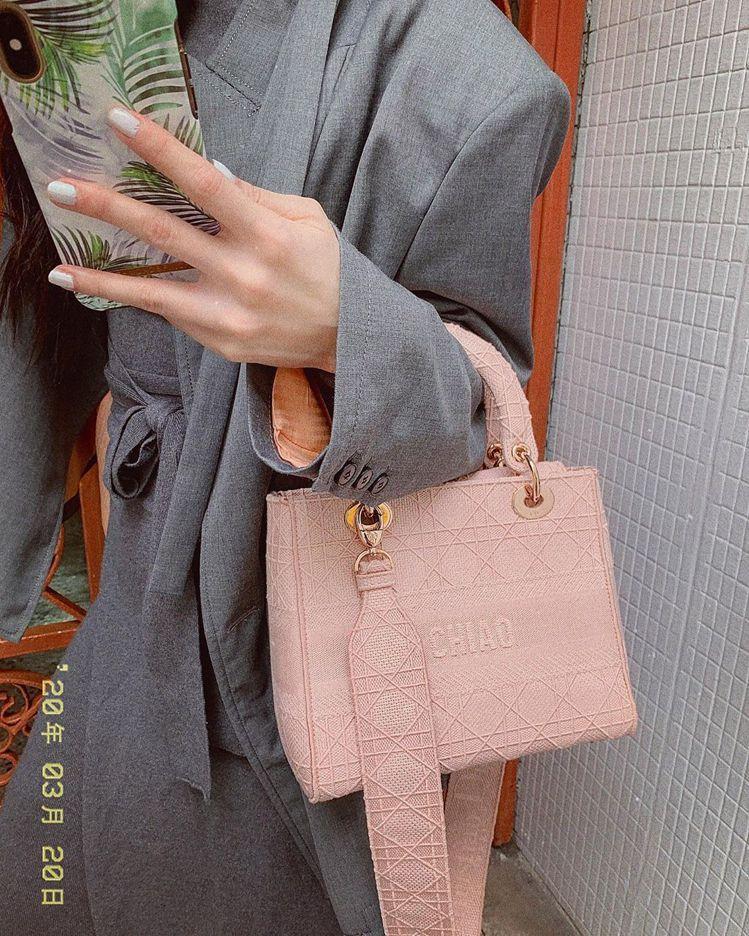 曾之喬以「這個包包上面寫了我的名字」在IG秀出Lady D-Lite包款。圖/取...