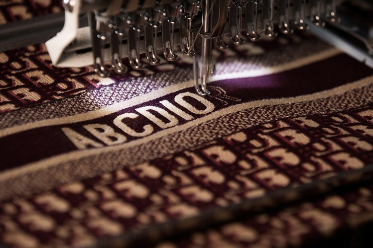 「ABCDIOR」英文名刺繡包款訂製於2018年推出、2019年在台灣開始提供服...