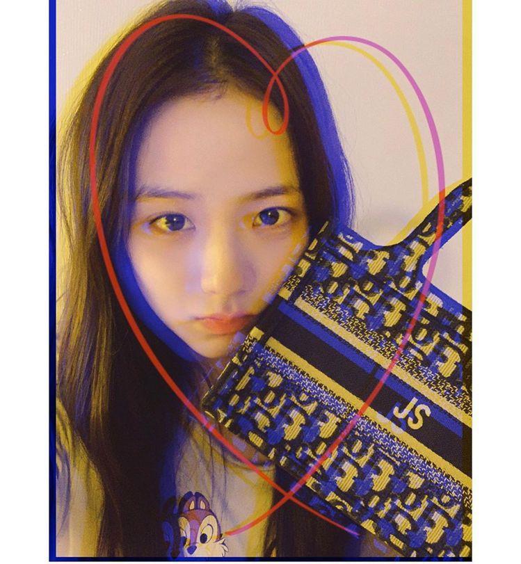 Jisoo在mini Book Tote繡上英文縮寫JS。圖/取自IG