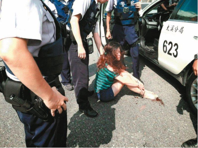 毒犯情侶解送過程中裝吐攻擊警察。記者鄭國樑/翻攝