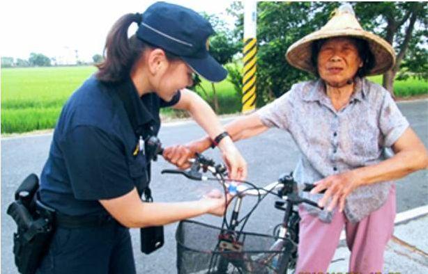 員警發送LED小型爆閃燈給老人綁在單車上。圖/警方提供