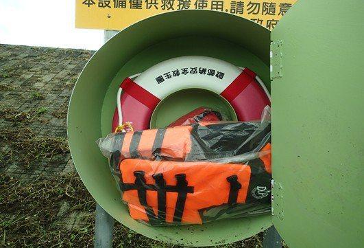 台中市觀旅局和消防隊員加強戲水安全宣導,並設救生器材。圖/台中市觀旅局提供