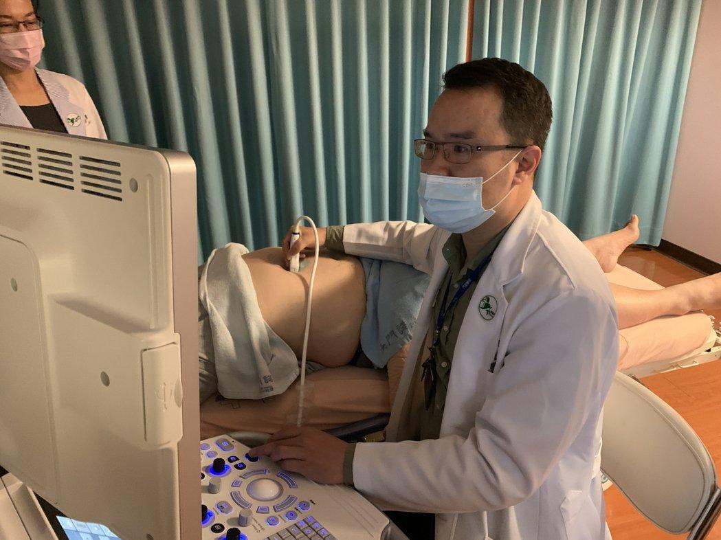 門諾醫院腸胃內科醫師戎伯岩說,肝是人體沉默器官,呼籲40歲以上民眾除抽血檢查外,...
