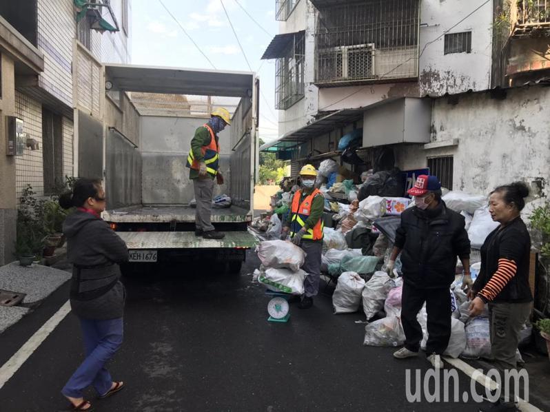 台南市環保局執行資源回收關懷計畫,幫助弱勢個體戶。記者鄭惠仁/攝影