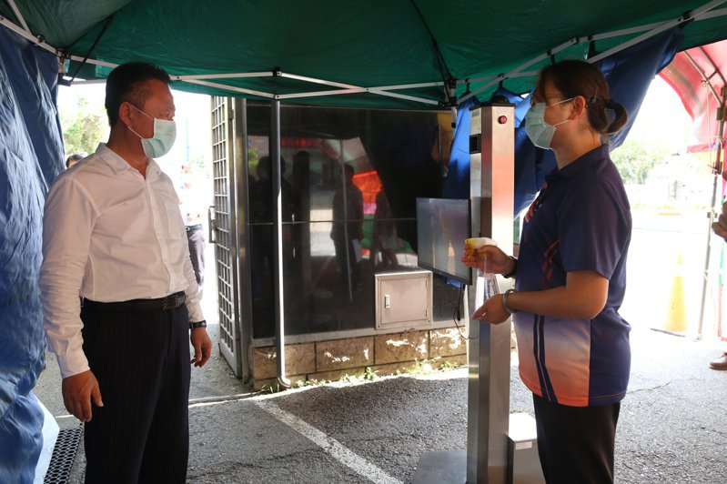 嘉義縣長翁章梁(左)視察東石高中國中會考考場防疫整備,實際測試紅外線熱像儀量測體溫操作。圖/縣府提供