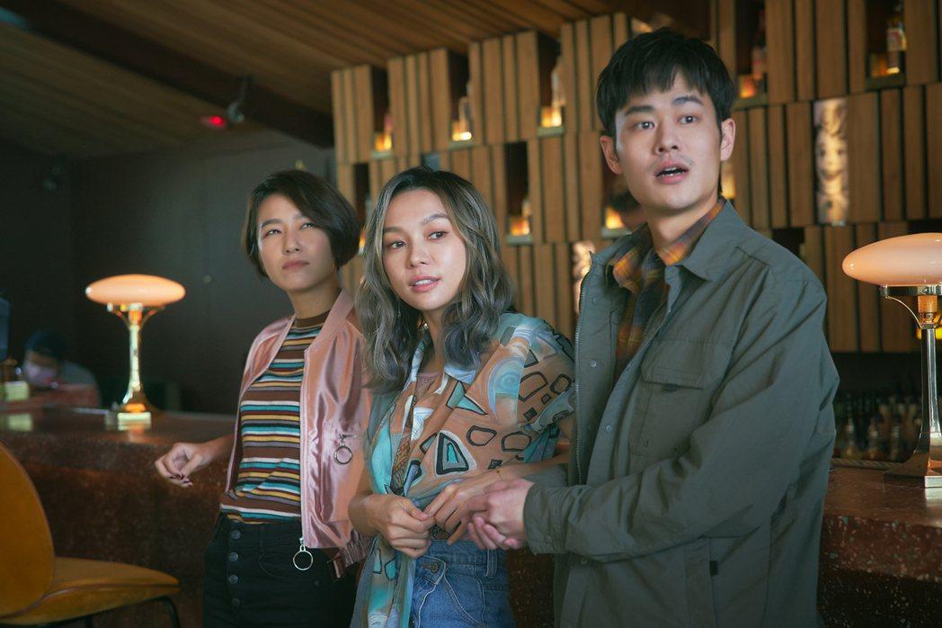 林采欣(中)宣布加盟華納,並拍攝新歌「鯨落」MV。圖/華納音樂提供