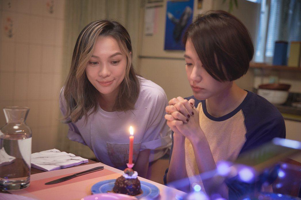 林采欣(左)宣布加盟華納,並拍攝新歌「鯨落」MV。圖/華納音樂提供