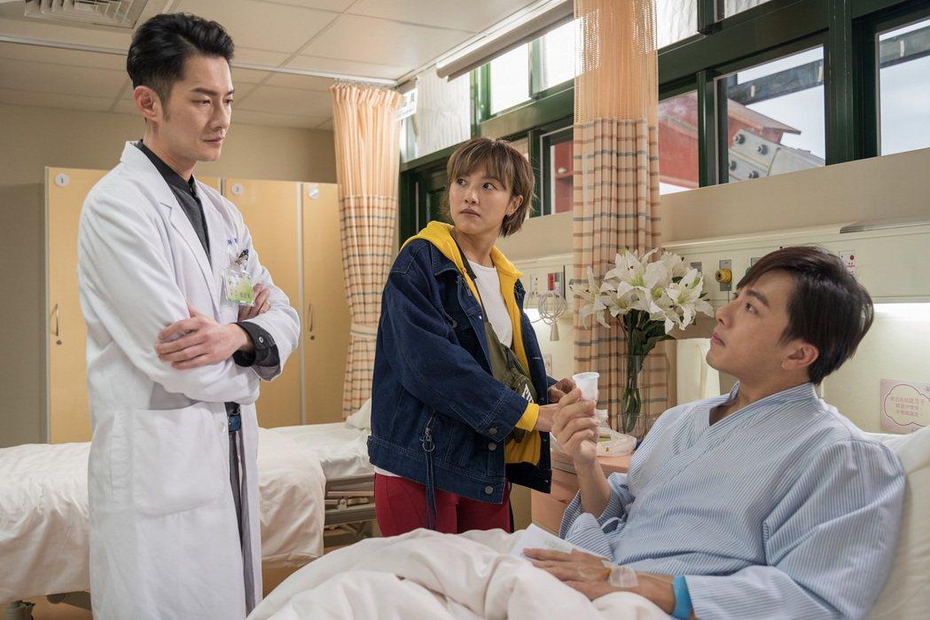 謝坤達(右起)在戲中因張允曦(小8),而和飾演自己的主治醫師周詠軒關係出現緊張氣...