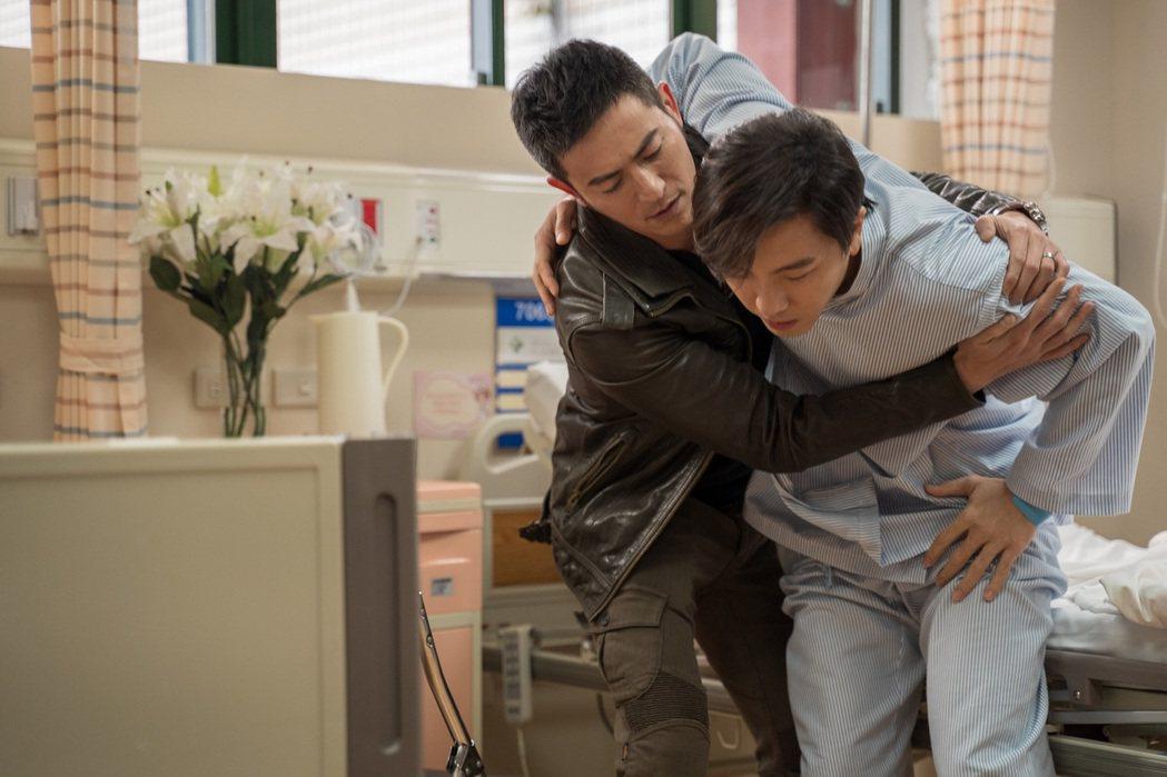 謝坤達(右)、趙駿亞在「姊妹們  追吧」互動親密。圖/東森提供