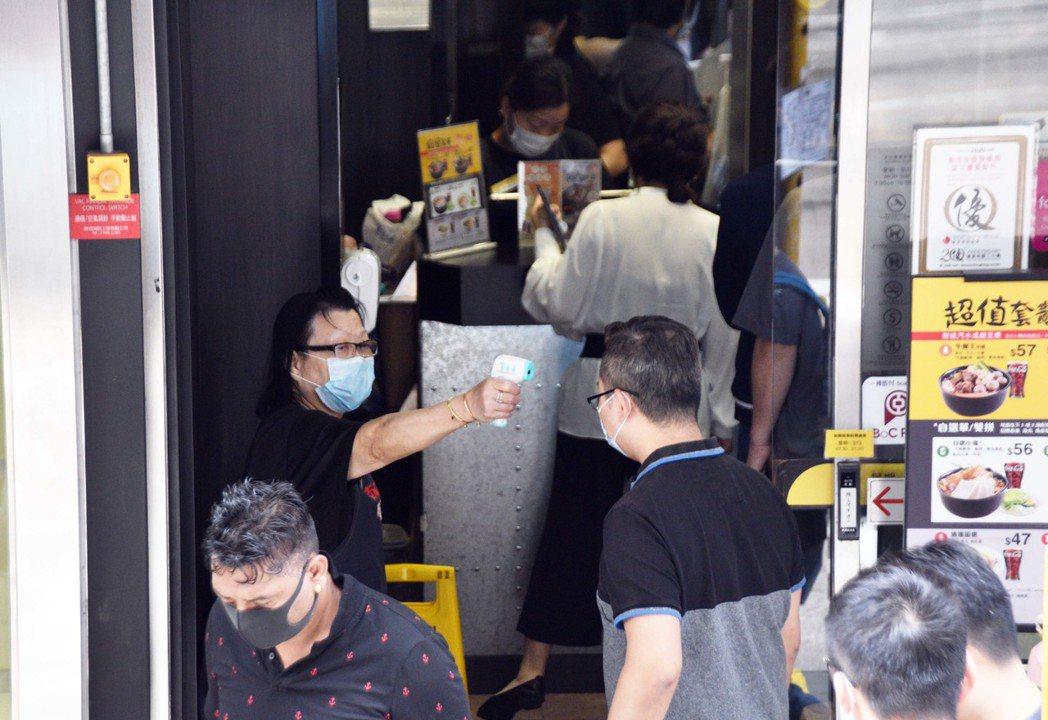 香港疫情緩解,港府考慮放寬部分社交距離限制措施。(香港中通社)