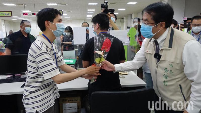 台南市永康區公所防疫安心生力軍上工,市長黃偉哲贈火鶴花感謝。圖/ 永康區公所提供