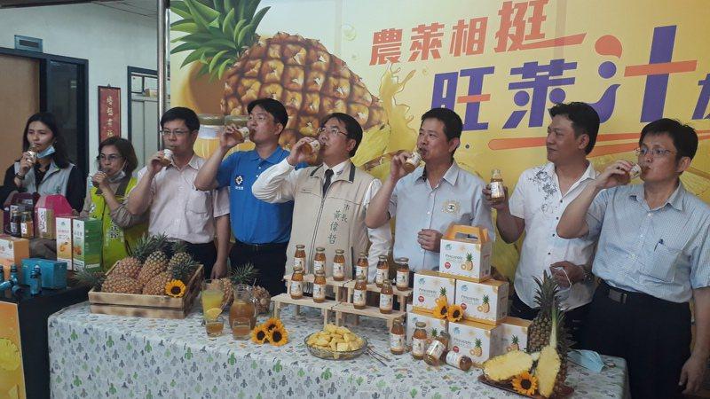 生技業者推出用「喝」的關廟金鑽鳳梨,黃偉哲參觀試喝代言推薦。記者周宗禎/攝影