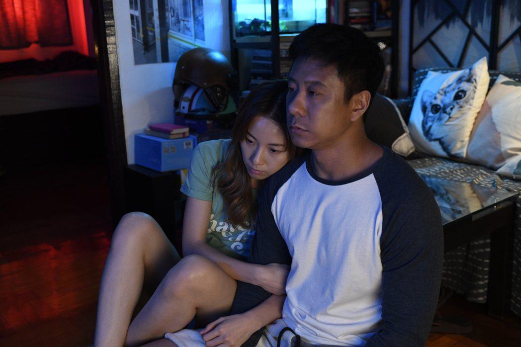 鄧麗欣、朱栢康在「金都」裡面飾演一對即將結婚的情侶,實際感情卻不和睦,2人都只是...