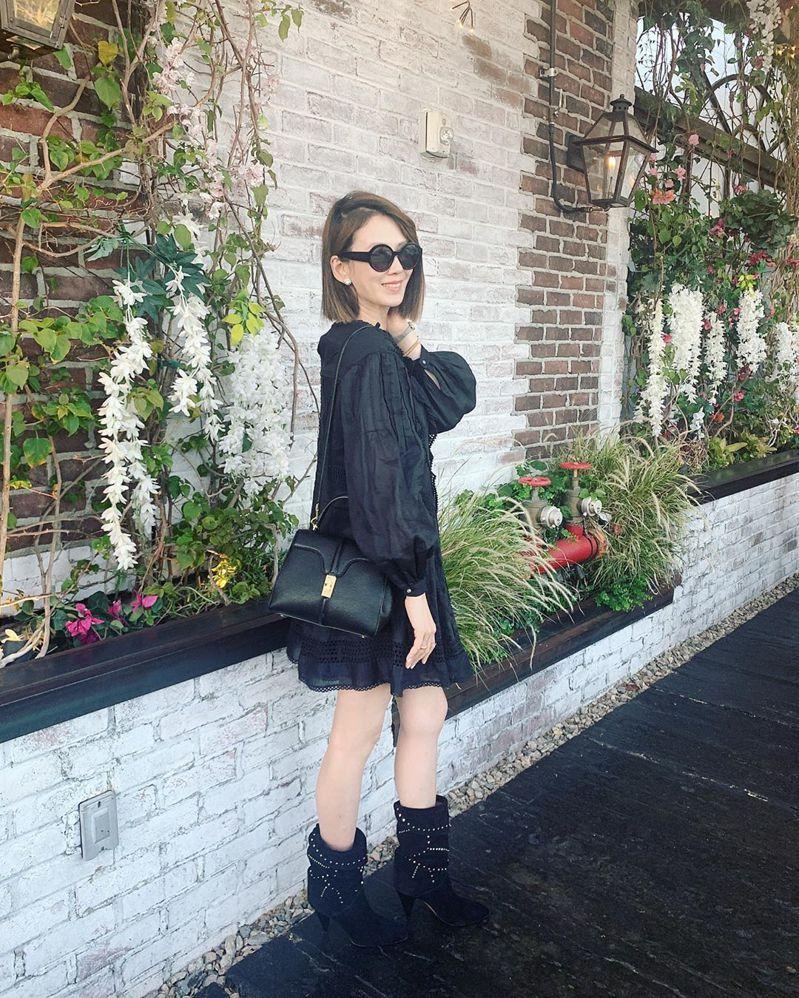Melody詮釋The 16黑色緞面小牛皮小型肩背提包,13萬元。圖/取自IG
