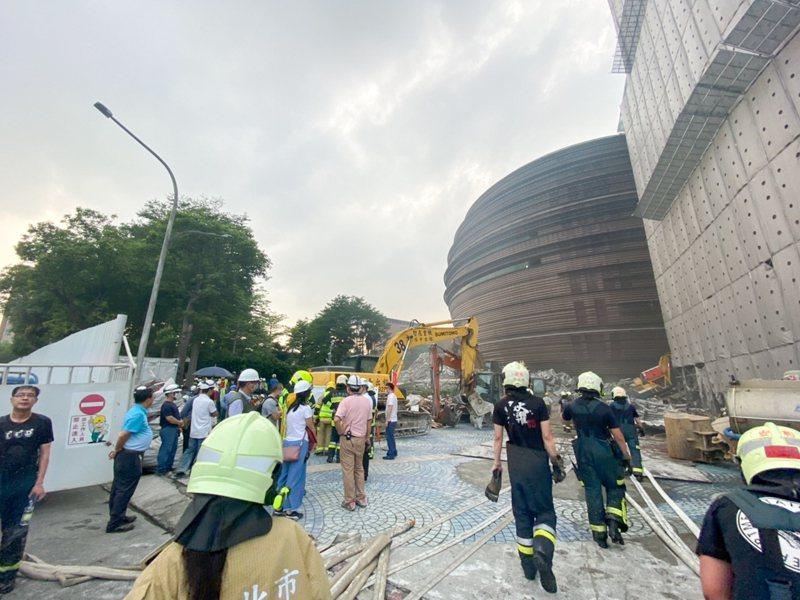 京華城目前進行拆除工程,今天下午4點半拆除一半傳火警。記者蔡翼謙/翻攝