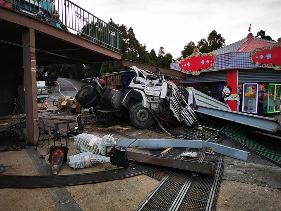 台14甲線幼獅段下坡在去年才發生載運木材的大貨車下坡直接衝進路旁店家設施後翻覆,...