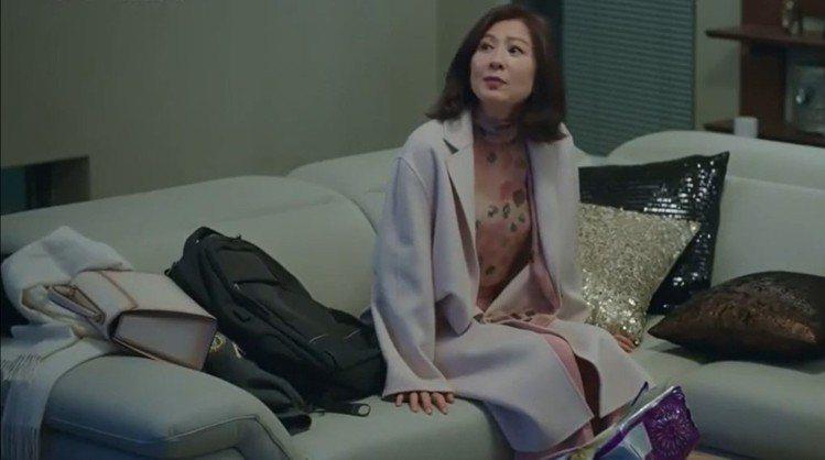 在「夫婦的世界」最新播出的集數中,金喜愛穿了Blumarine裸粉色調的印花上衣...