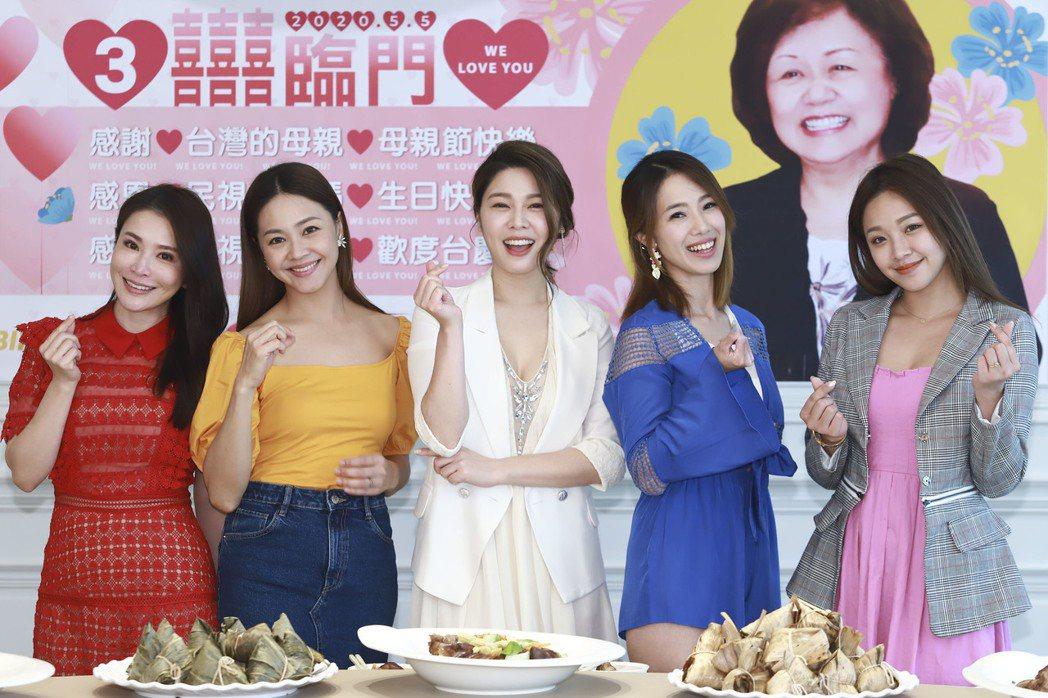 德馨(左起)、張䕒心、白家綺、黃瑄、賴慧如回娘家民視慶祝母親節。圖/民視提供