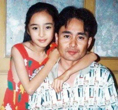 楊冪小時候和爸爸。圖/翻攝微博