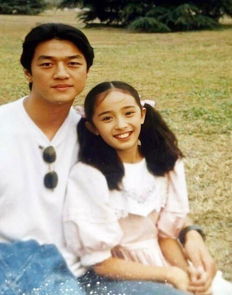 楊冪11 歲時和李亞鵬拍戲,雖然裝上牙套,仍可見是漂亮女孩兒。圖/翻攝微博