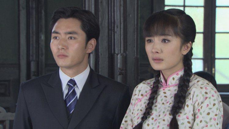 楊冪(左)、李東學在「刁蠻新娘」戲中是苦命鴛鴦。圖/東風衛視提供