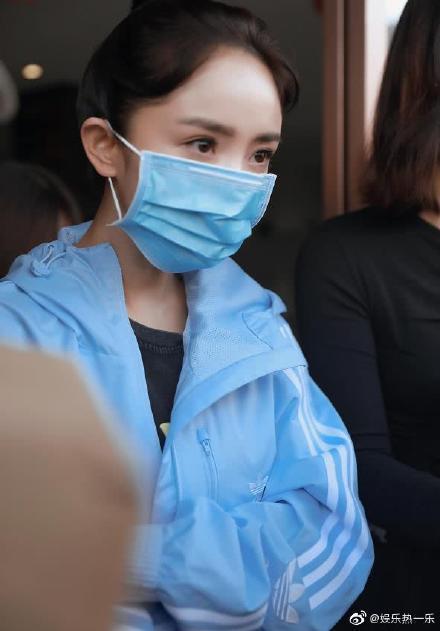 楊冪近日復工拍戲,戴上口罩顯得臉更小。圖/翻攝微博