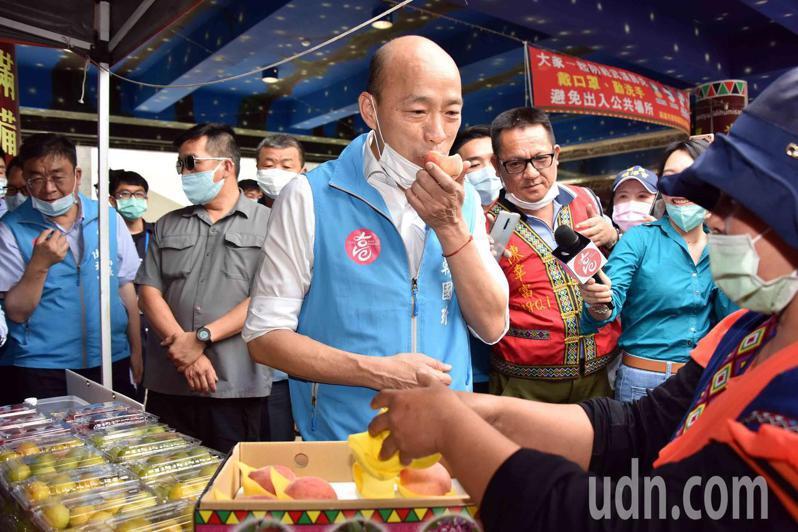 高雄市長韓國瑜試吃那瑪夏水蜜桃,大讚好吃。圖/高市府提供