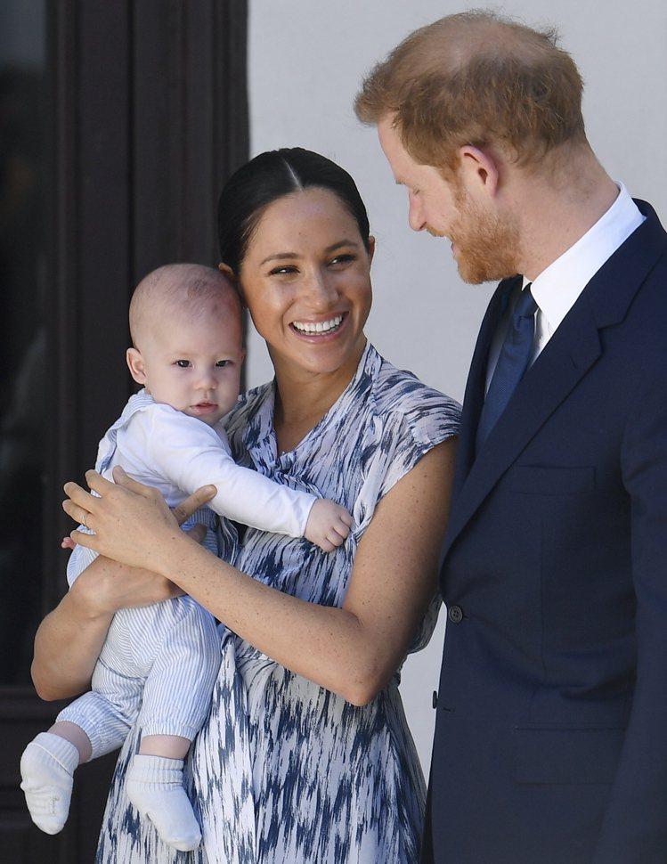 亞契剛出生4個多月時在媽媽梅根的懷中,模樣很可愛,而他現將滿周歲。圖/歐新社資料...