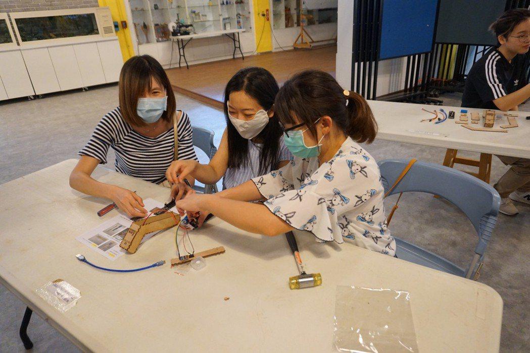 虎尾鎮國中、小學校參與的學員親手體驗組裝額溫槍的手做樂趣。 虎尾科大/提供