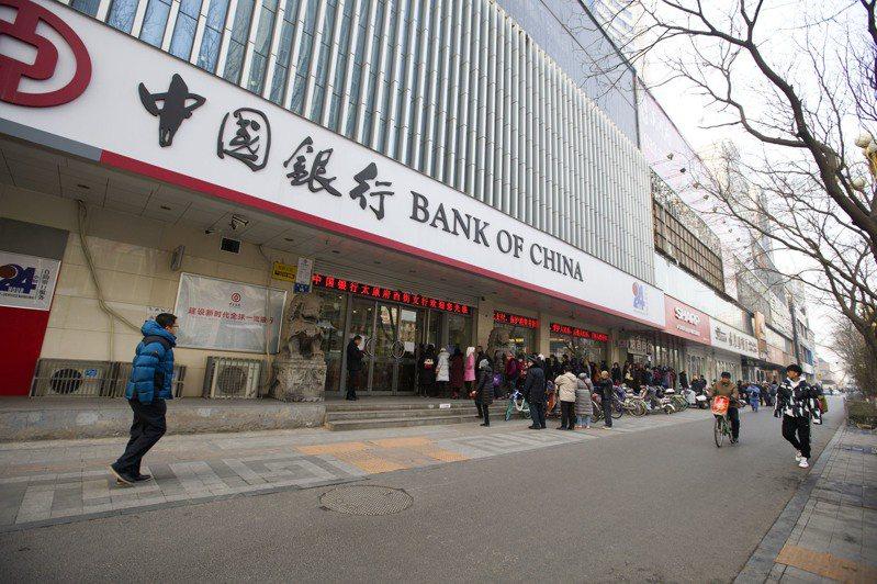 「原油寶」事件爆發半個月後,日前消息傳出,中國銀行擬與投資人和解,投資人不用倒賠且可拿回20%保證金。但投資人民幣1000萬元以上的大戶,需自行承擔全部保證金損失。圖/中國新聞社