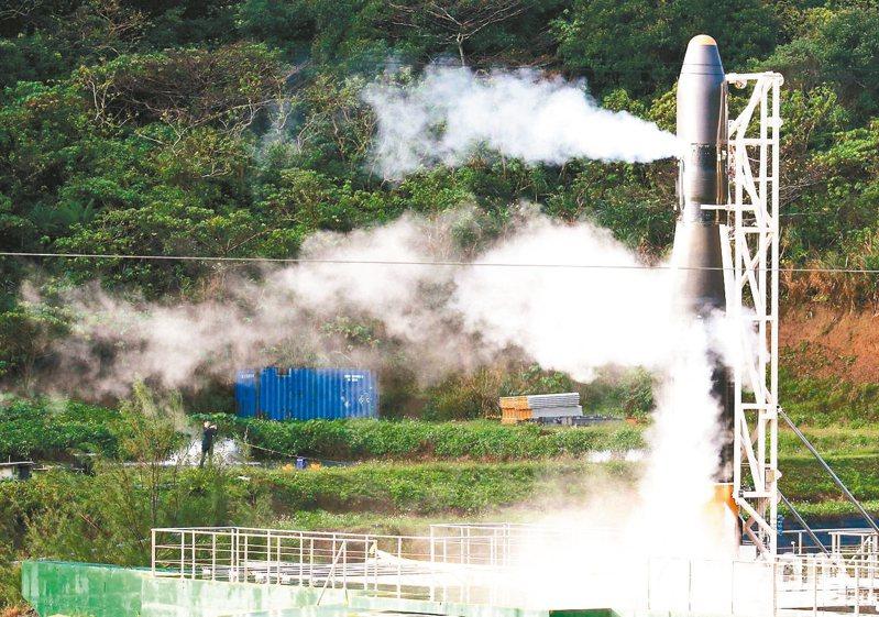 國造飛鼠一號火箭日前試射發現系統訊號異常,最後終止發射,隨後將燃料施放到空氣中。 圖╱聯合報系資料照片