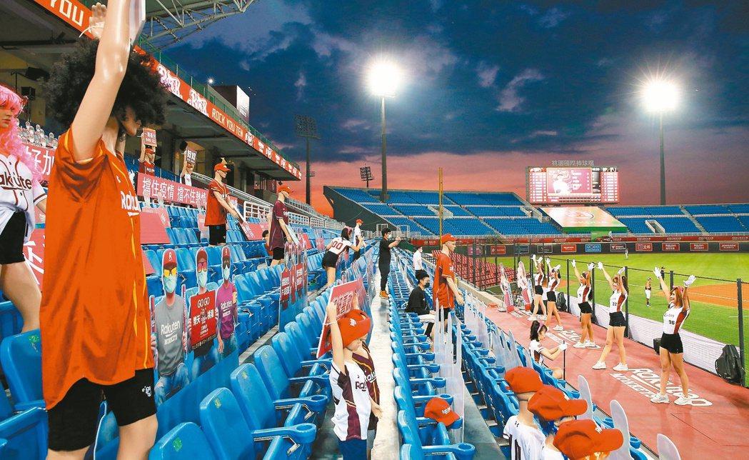 中職將在本周五開放球迷進場觀賽,各隊售票辦法在近日宣布,以梅花座入席,內野沒有熱...