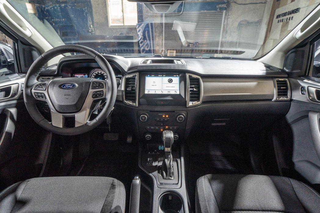 New Ford Ranger全能型車室內搭載彩色4.2吋雙液晶螢幕與多功能方向...