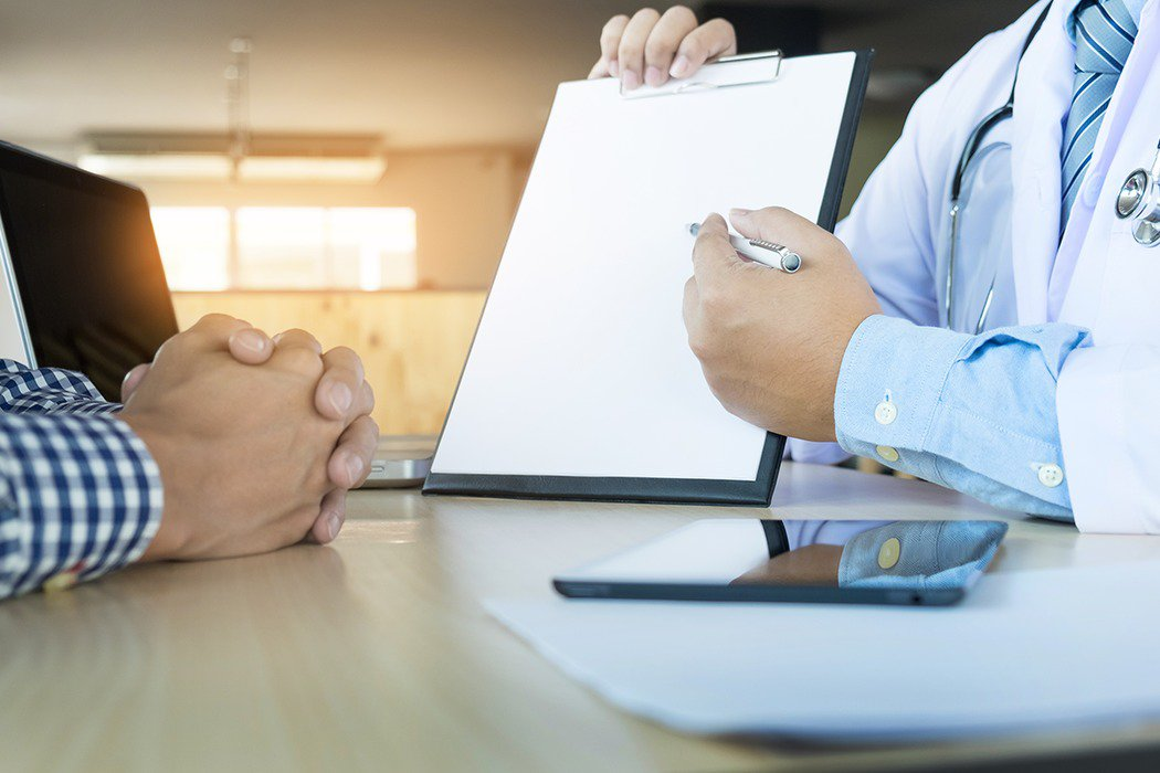 在例行健康檢查項目中,加上心理健康評估,能及時發現有精神健康問題者,助其獲得協助...