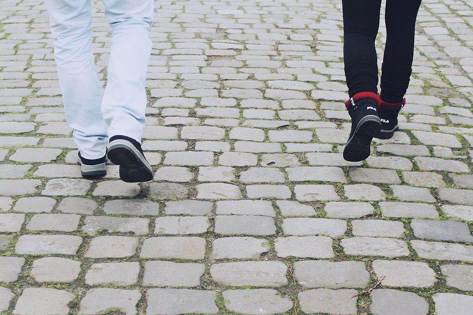 用腳跟著地是一個開關,可以吸收衝擊,平穩地將身體重心移到前面時,收縮必要的肌肉,...