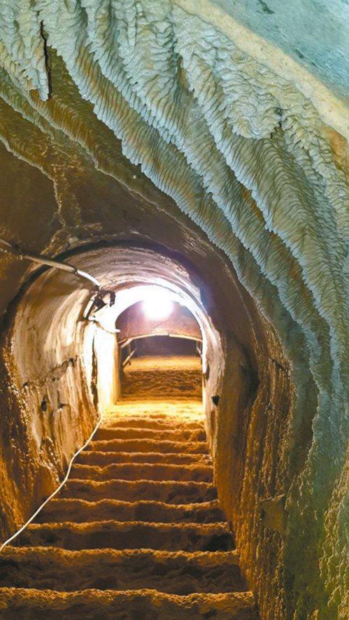 高雄「鼓山洞」塵封已久,階梯都已鐘乳石化,除可感受軍事遺址的歷史氛圍,也可欣賞到...