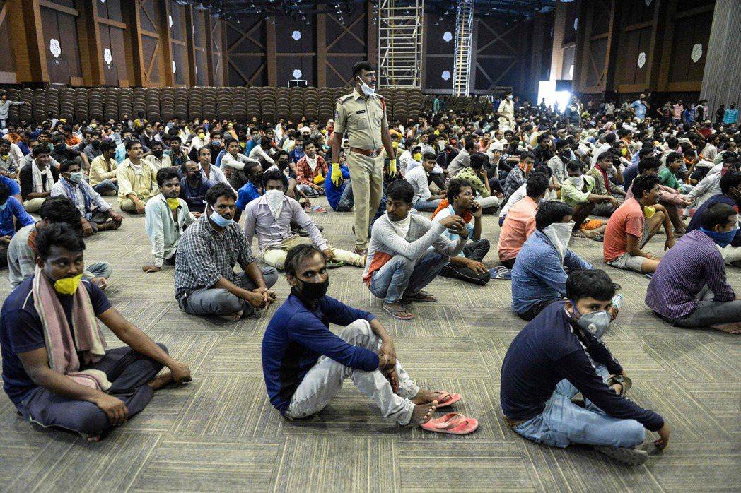 在當前撤僑班機最密集的海灣阿拉伯國家裡,海外印度國民的數量就高達850萬人——之...
