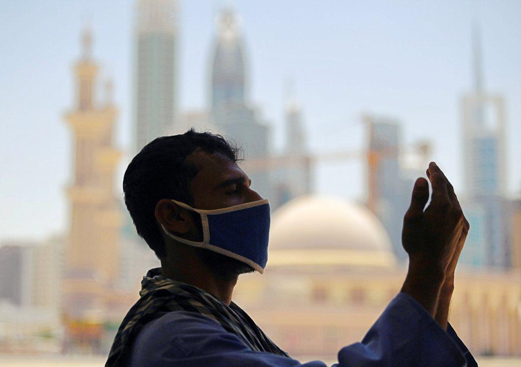 世界銀行估計,在疫情影響的狀況下,印度今年海外移工回匯薪資的總金額將暴跌22%,...