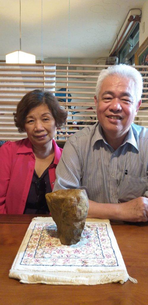基隆市協和發電廠退休公關經理黎時城(右)和妻子有共同喜好,兩人都鍾愛黃蠟石。 圖...