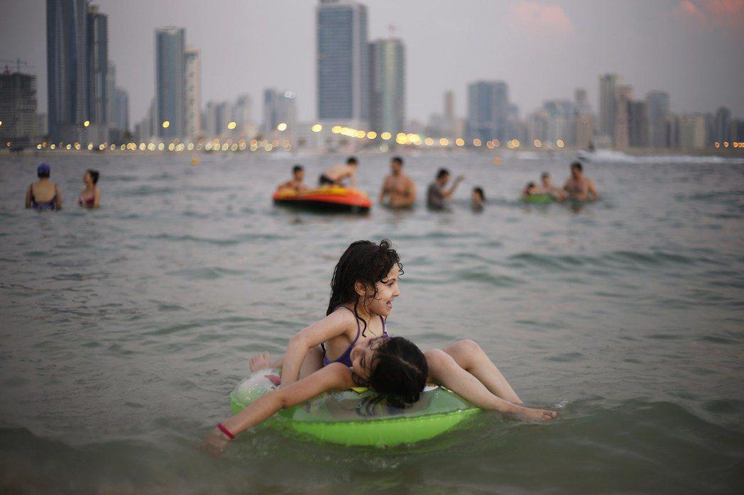 孩童戲水時戴游泳圈,真的有比較安全嗎? 圖/路透社