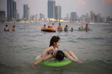 孩童戲水殺手:套游泳圈與「乾性溺水」的隱藏危機