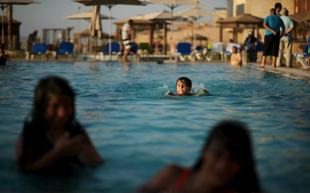 多數家長都會幫小孩準備游泳浮具。 圖/路透社
