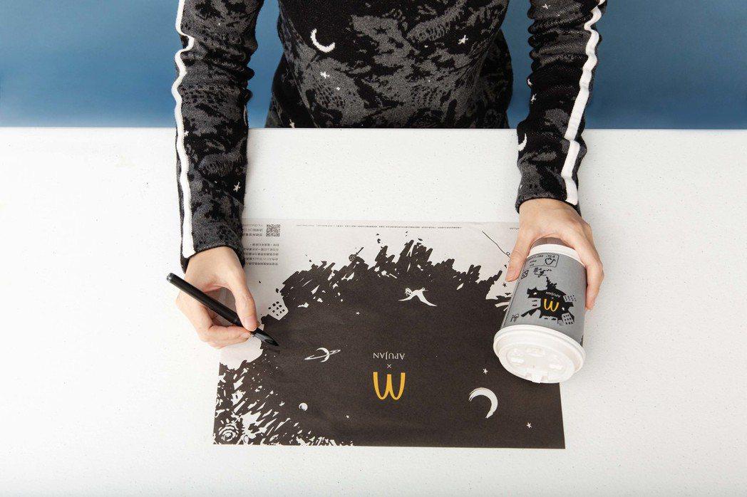 全新餐盤襯紙也是墨繪筆觸展開的黑色星空。 圖/麥當勞、APUJAN提供