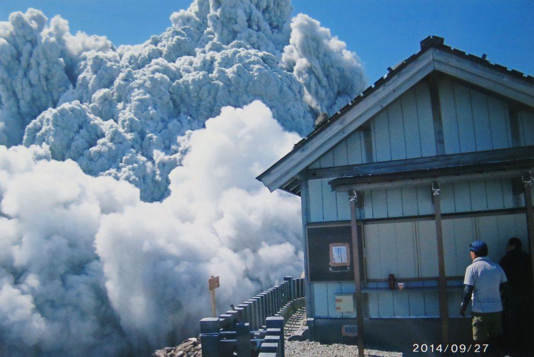 圖為2014年9月27日,長野縣的御嶽山火山噴發,當時造成58死,是二戰之後死亡...