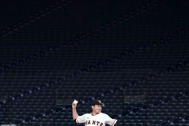 2月29日,巨人隊投手菅野智之季前在空無一人的東京巨蛋投球。 圖/美聯社