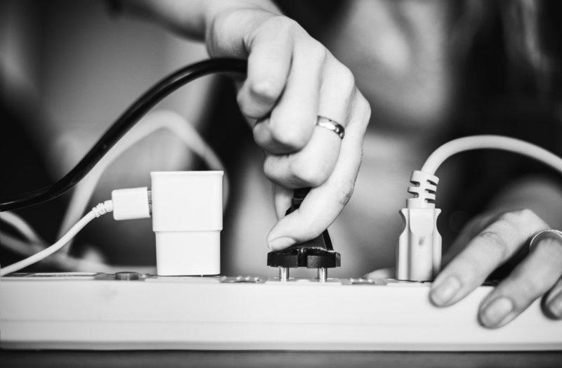 插頭及插座鬆動極易因接觸不良而發熱,應經常檢視。 圖/freepik